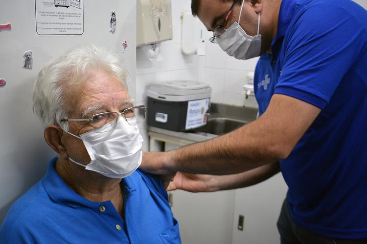 O fiscal sanitário Renê Américo Folly, de 74 anos, recebe a primeira dose (Fotos: Henrique Pinheiro)
