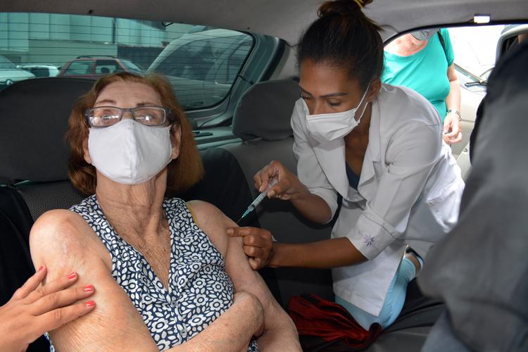 Therezinha de Oliveira, de 92 anos, é vacinada dentro do carro (Fotos: Henrique Pinheiro)
