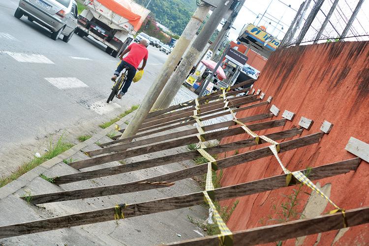O muro escorado (Fotos: Henrique Pinheiro)