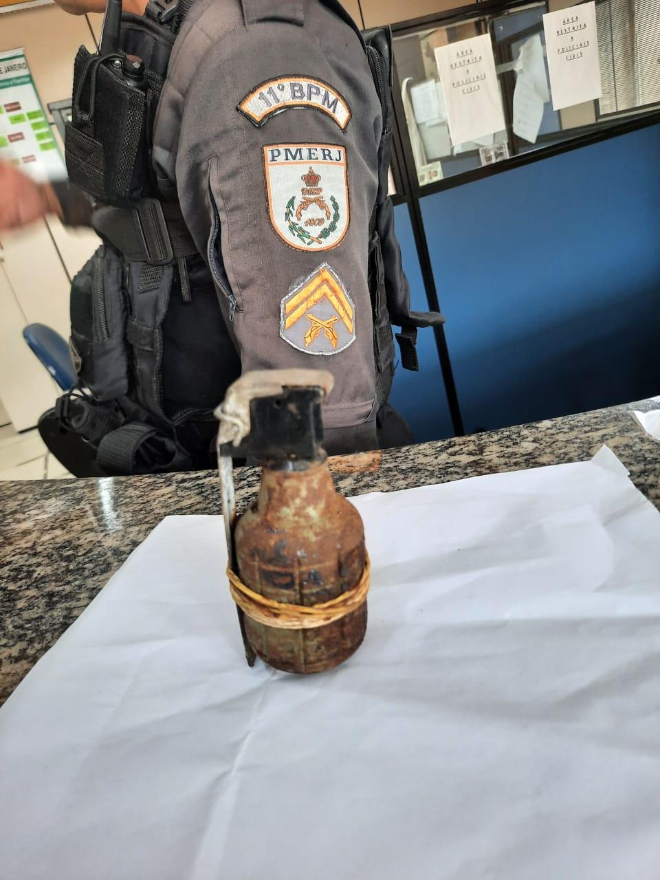 A granada apreendida no Alto de Olaria (Foto: 11 BPM)