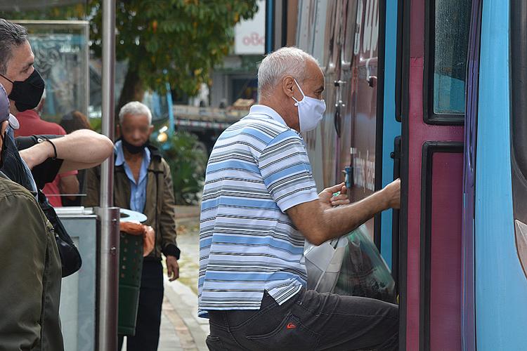 Acesso de passageiros em ônibus: motoristas serão vacinados (Foto: Henrique Pinheiro)