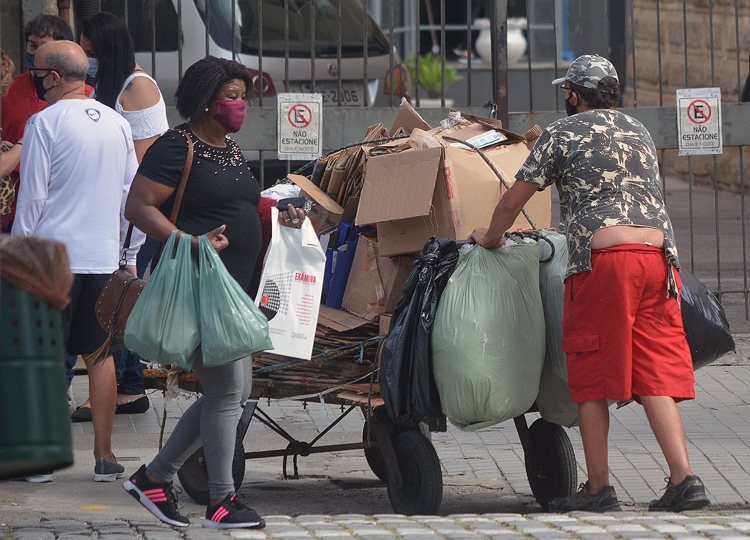 Catador de papelão nas ruas de Friburgo (Arquivo AVS/ Henrique Pinheiro)