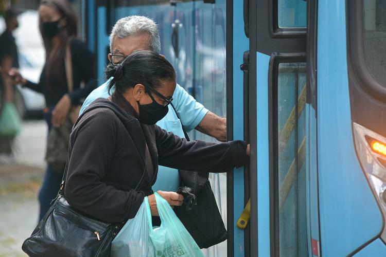 Passageiros com máscaras pegam ônibus em Friburgo (Foto: Henrique Pinheiro)