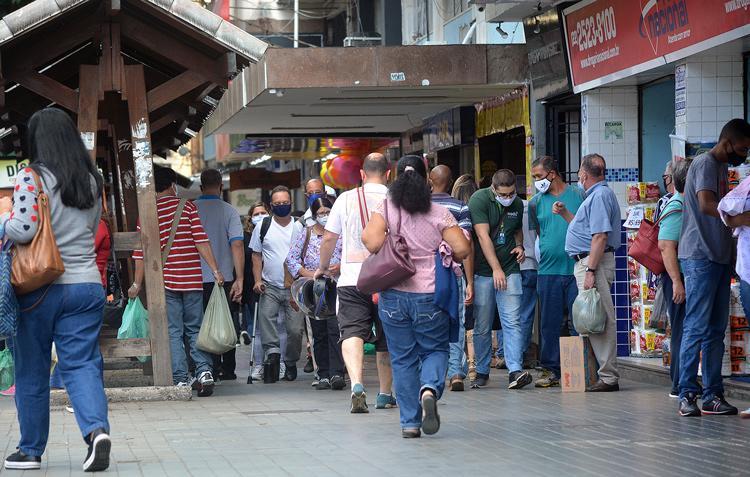Movimento de pedestres nas ruas de Friburgo (Foto: Henrique Pinheiro)