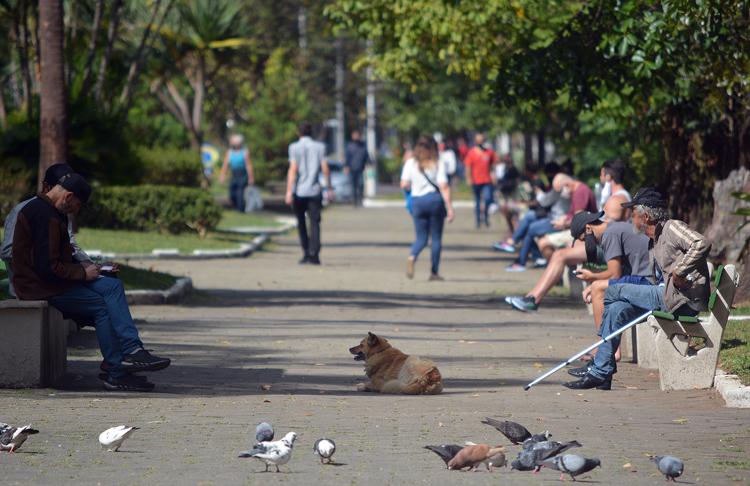 Movimento na Praça Getúlio Vargas em plena pandemia (Foto: Henrique Pinheiro)