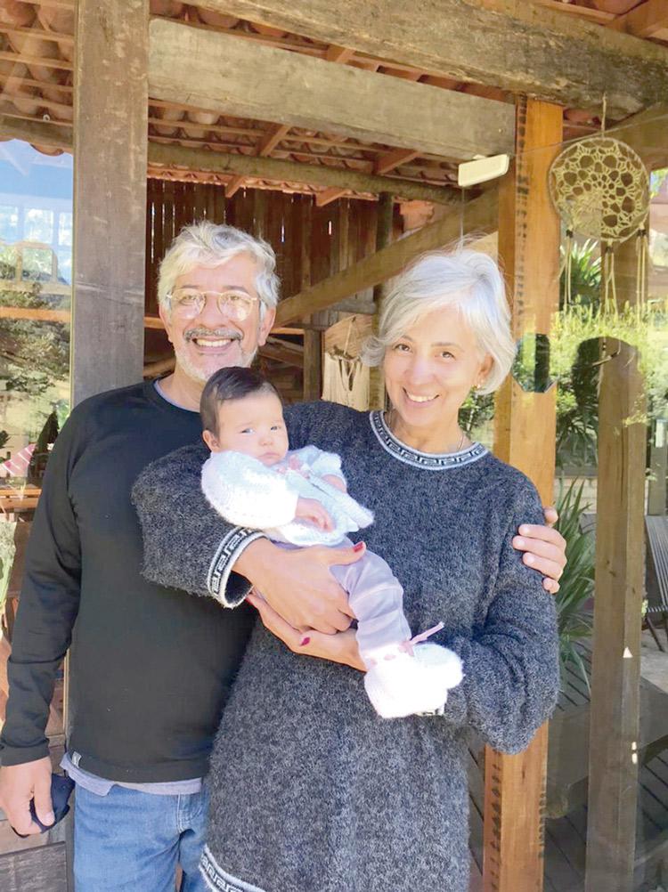 Marcio e Simoni Lucena com a pequena Flor no colo (Álbum de família)