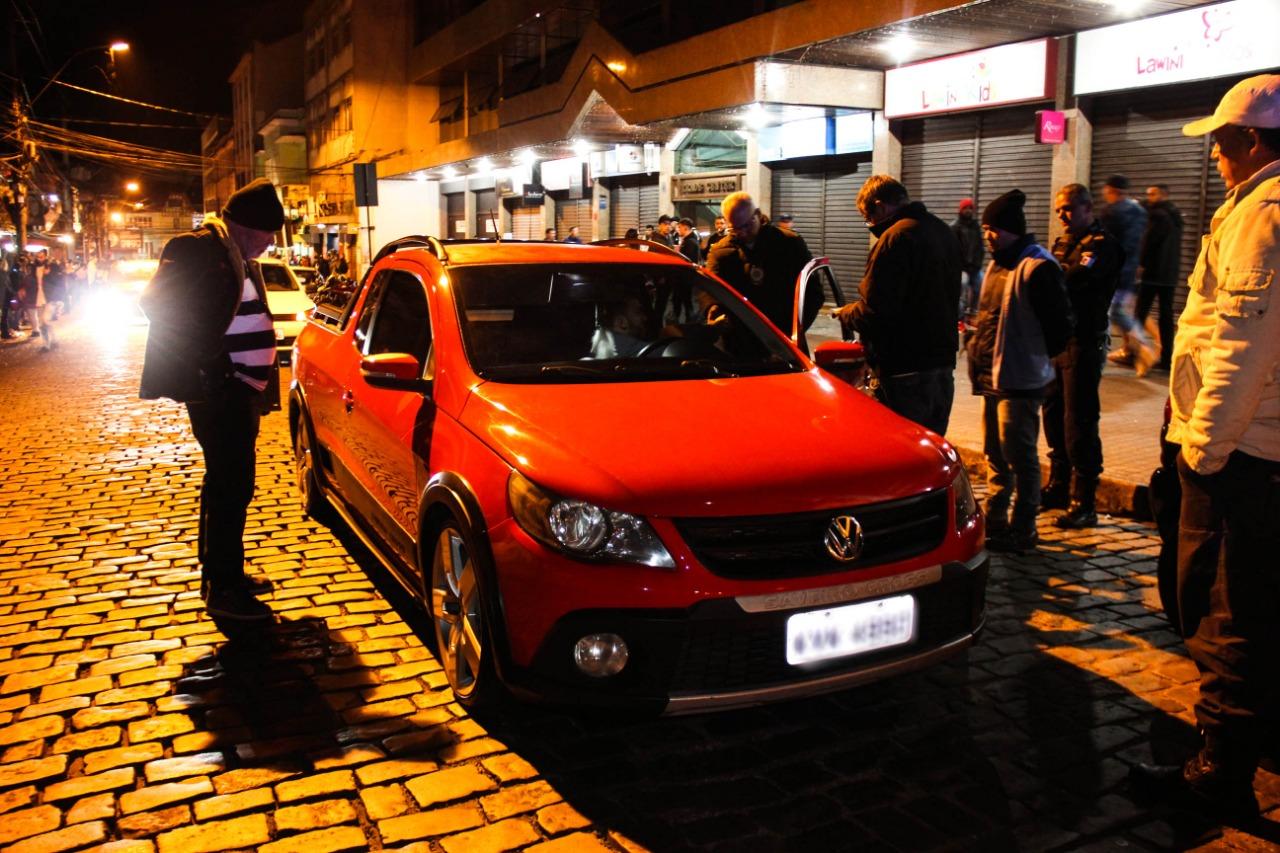 Um carro com som alto é revistado por agentes (Divulgação PMNF)