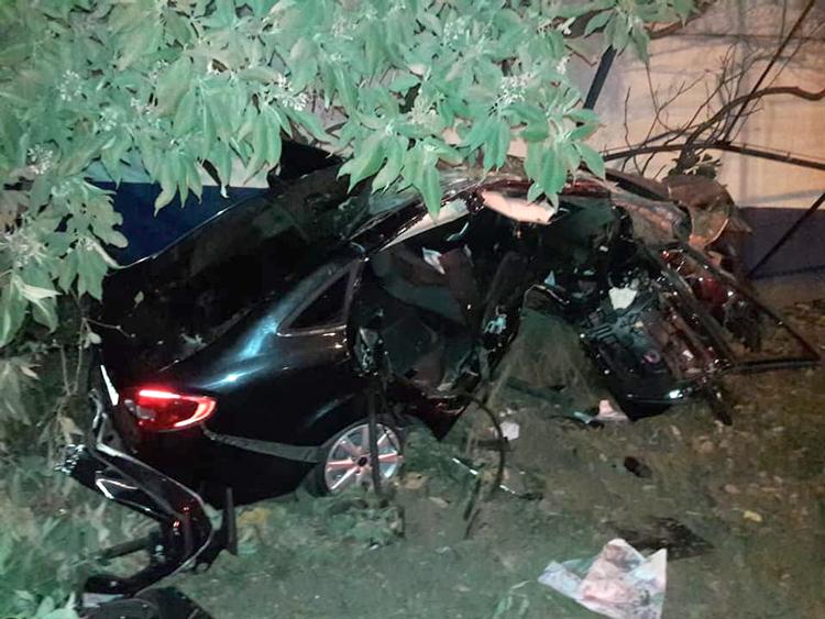 O Fiesta ficou bastante danificado ao chocar-se em uma árvore próximo ao Detran (Foto: Leitor via Whatsapp)