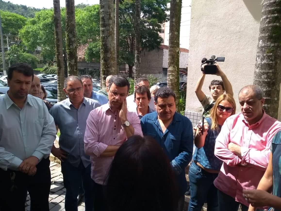 Vereadores foram recebidos pela secretária Tânia Trilha quando chegaram ao Hospital Raul Sertã (Foto:  Thays Ferrari)
