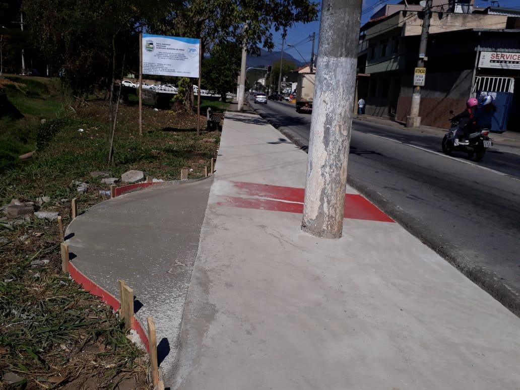A ciclovia, o poste e o desvio já sendo concretado nesta sexta (Fotos: Henrique Pinheiro)