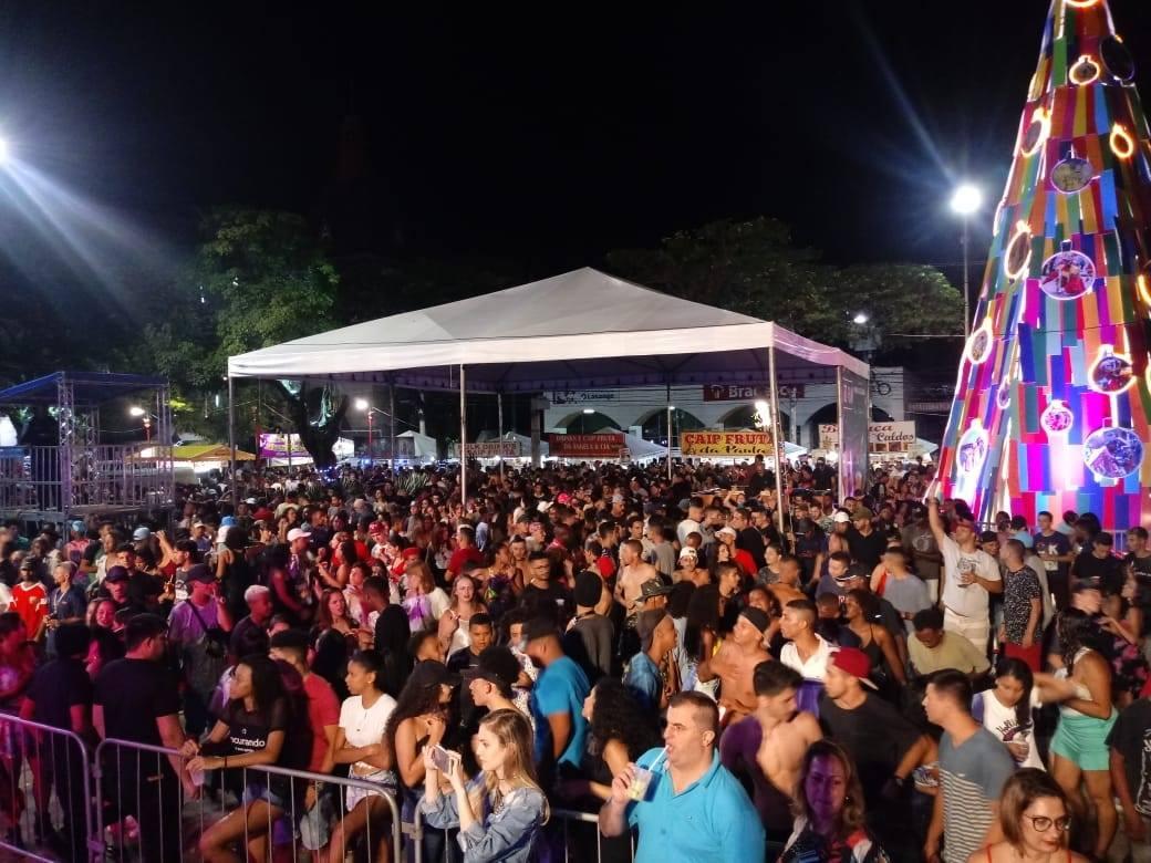 O público lota a Praça Dermeval Barbosa Moreira (Fotos: Leonardo Vellozo/PMNF)