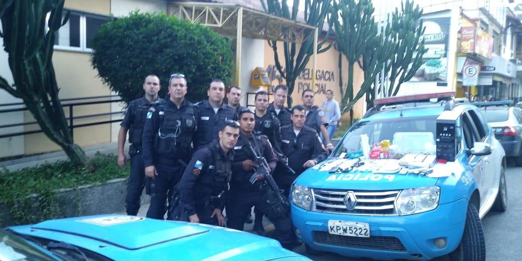 Policiais posam junto ao material apreendido (Fotos: 11º BPM)