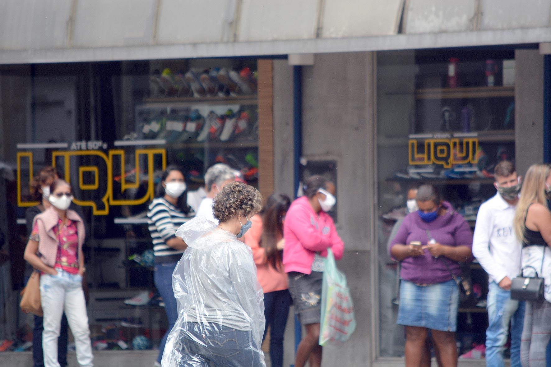 Friburguenses de máscara nas ruas (Foto: Henrique Pinheiro)
