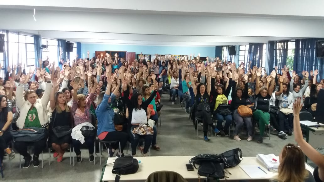 Os profissionais de ensino erguem as mãos em favor da continuidade da greve (Fotos: Fernando Moreira)