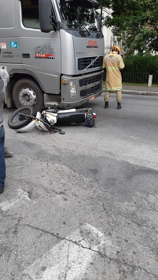 O acidente envolvendo uma moto na Comte Bittencourt (Foto de leitor)