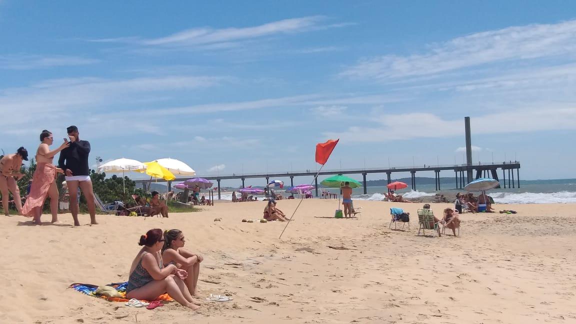 A praia de Costazul na manhã desta terça (Fotos de leitores)