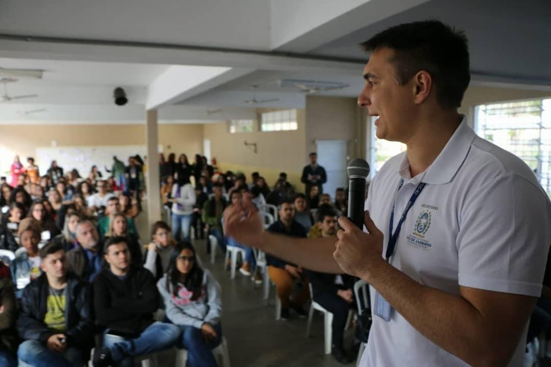 O secretário Pedro Fernandes com professores de FRiburgo (Foto: Divulgação Seeduc)