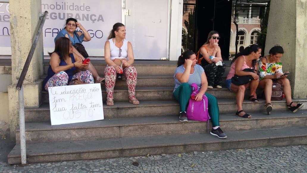 Profissionais do ensino diante do Centro Administrativo Cesar Guinle (Fotos: Fernando Moreira)