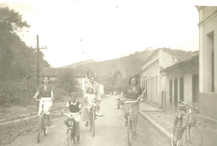 Família passeia de bicicleta em Nova Friburgo (Arquivo AVS)