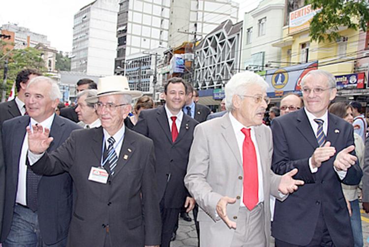O então prefeito Heródoto Bento de Mello recebe os suíços em 2009