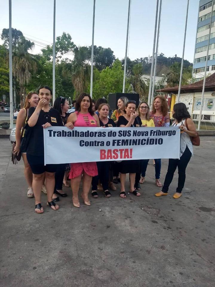 Mulheres com cartaz durante o protesto (Reprodução da web)