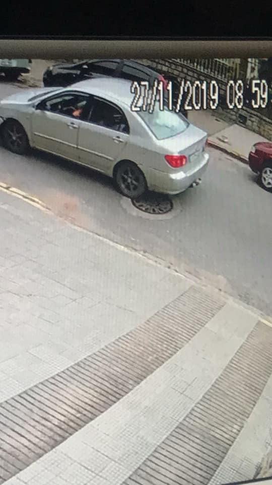 O Corolla de onde teriam sido efetuados os disparos, flagrado por uma câmera de segurança (Foto: reprodução da web)
