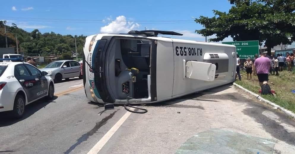 O ônibus tombado na BR-101 (Fotos de leitor)