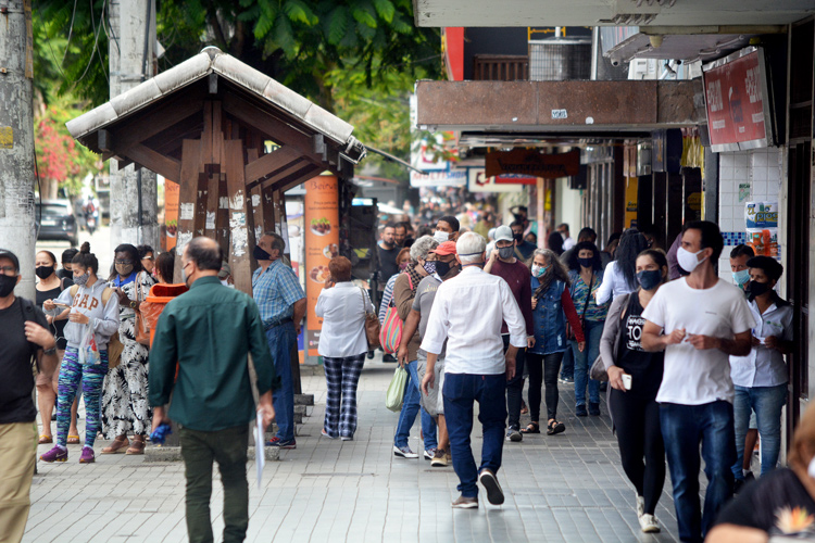 Movimento na Avenida Alberto Braune nesta segunda (Foto: Henrique Pinheiro)