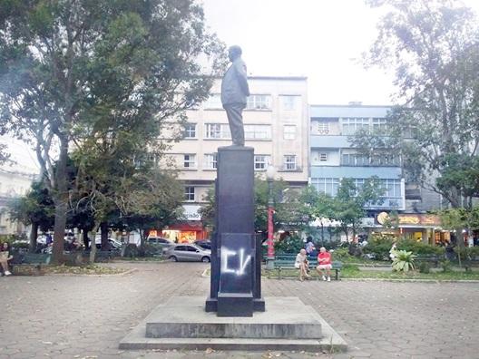 A estátua pichada com inscrição de facção criminosa (Foto de leitor)
