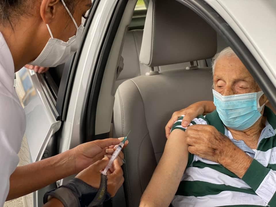 Seu Abdo Carim, de 104 anos, sendo vacinado no drive-thru da Covid (Arquivo AVS)