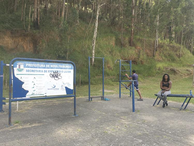 A academia ao ar livre da Via Expressa sendo usada (Fotos de leitor)