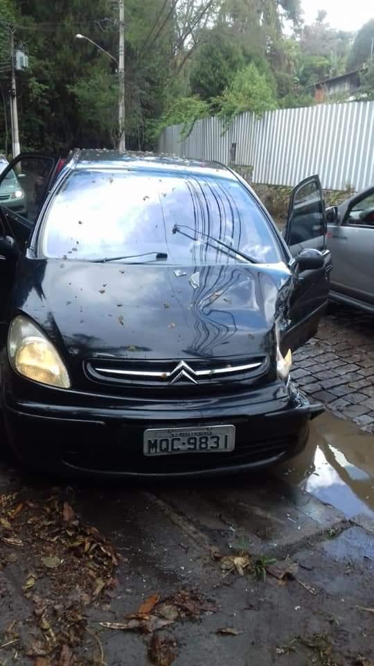 O carro atingido (Foto de leitor)
