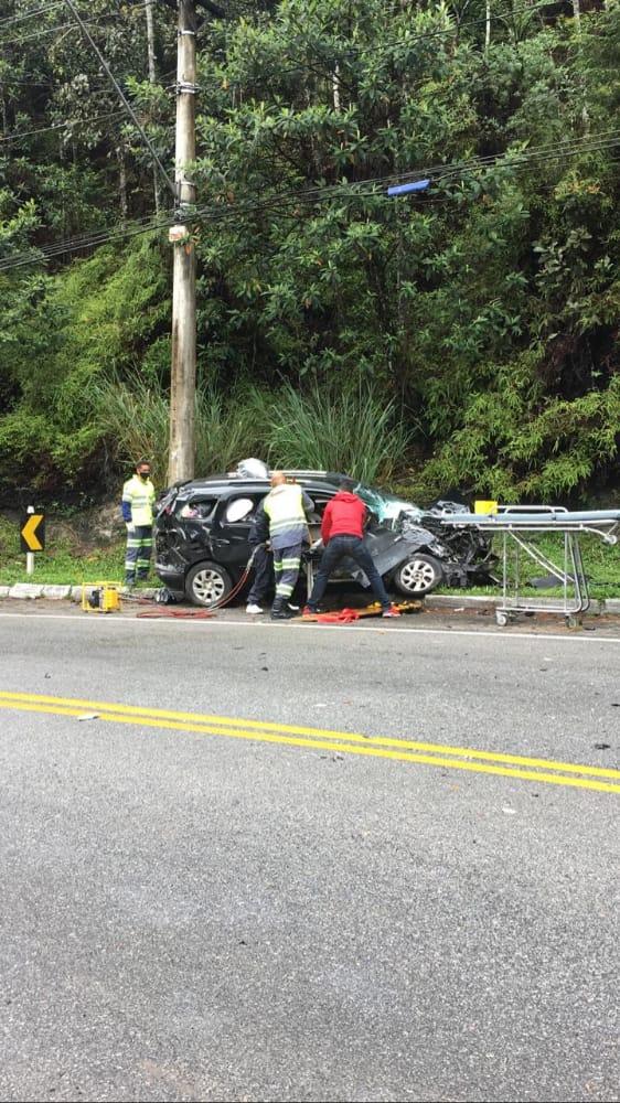 O socorro às vítimas, que estavam no automóvel (Fotos de leitor)