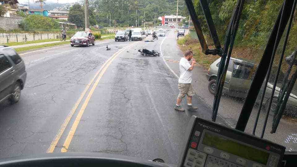 Cena do acidente, flagrada por um leitor em um ônibus
