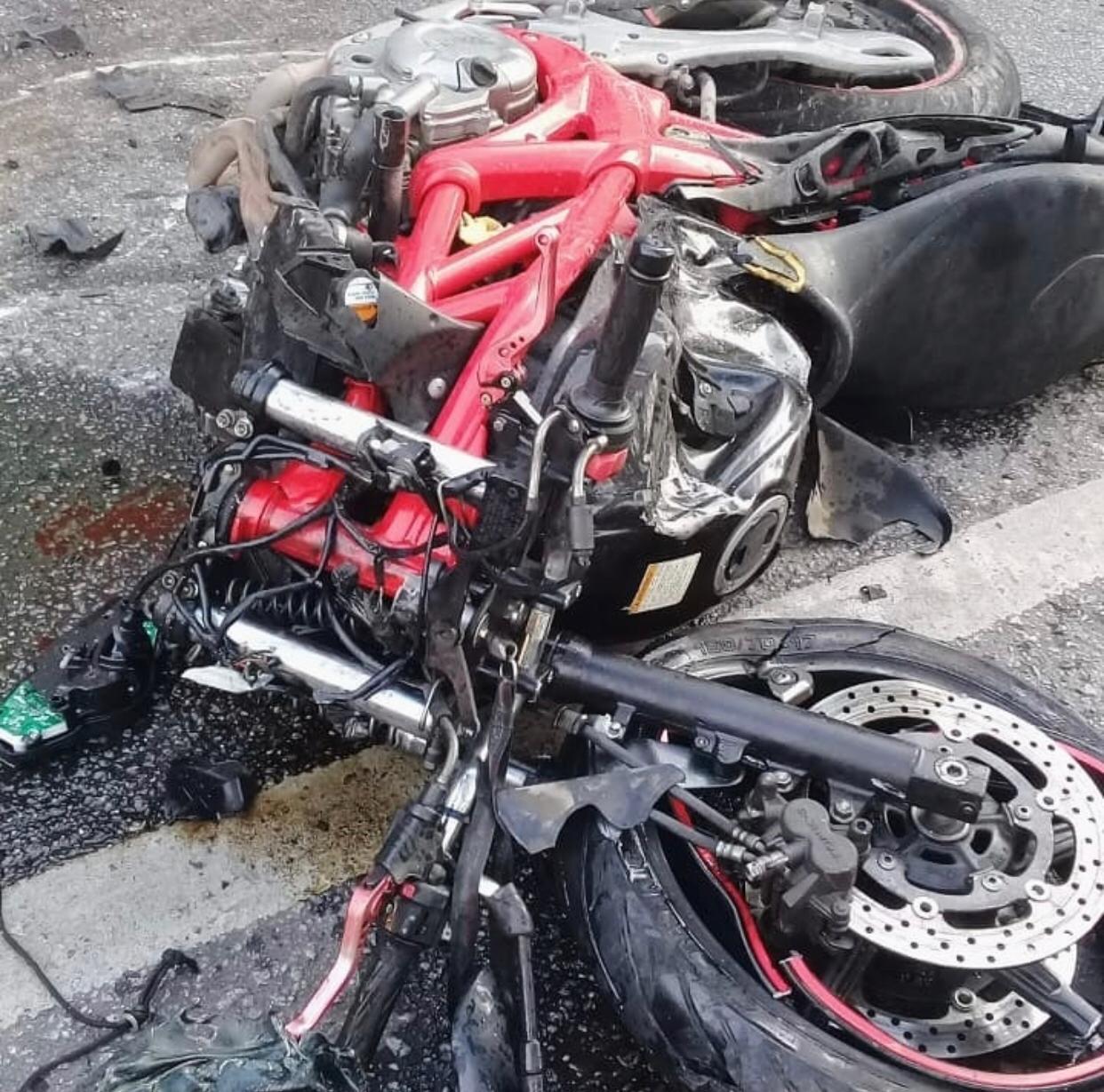 A moto após a colisão (Foto de leitor)