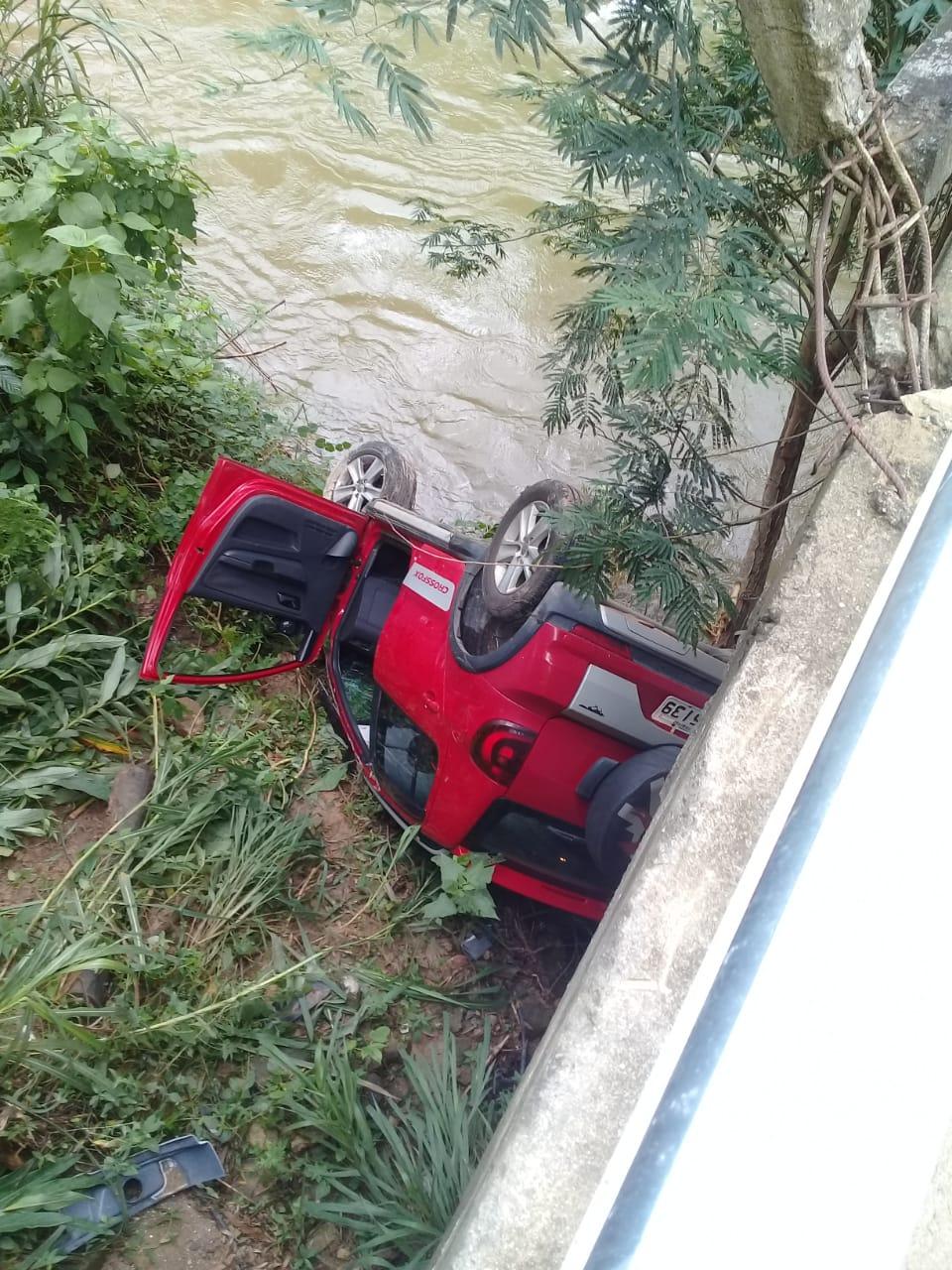 O carro caído às margens do Rio Macaé (Fotos de leitor)