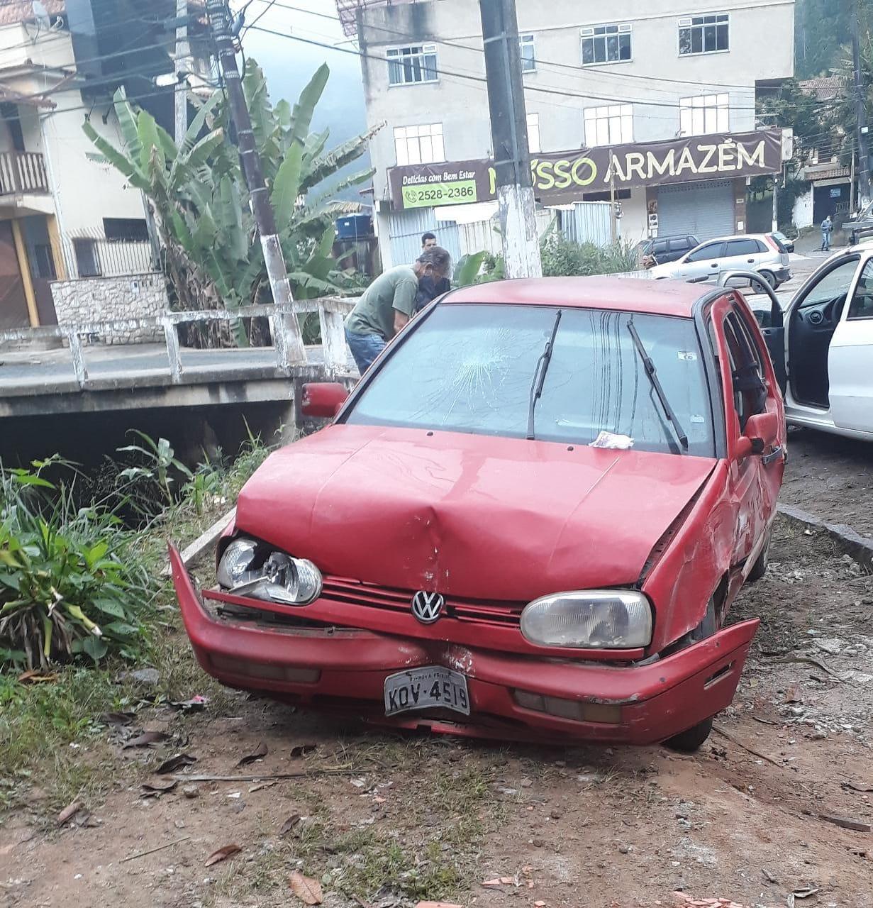 Um dos carros envolvidos em um dos acidentes (Foto de leitor)