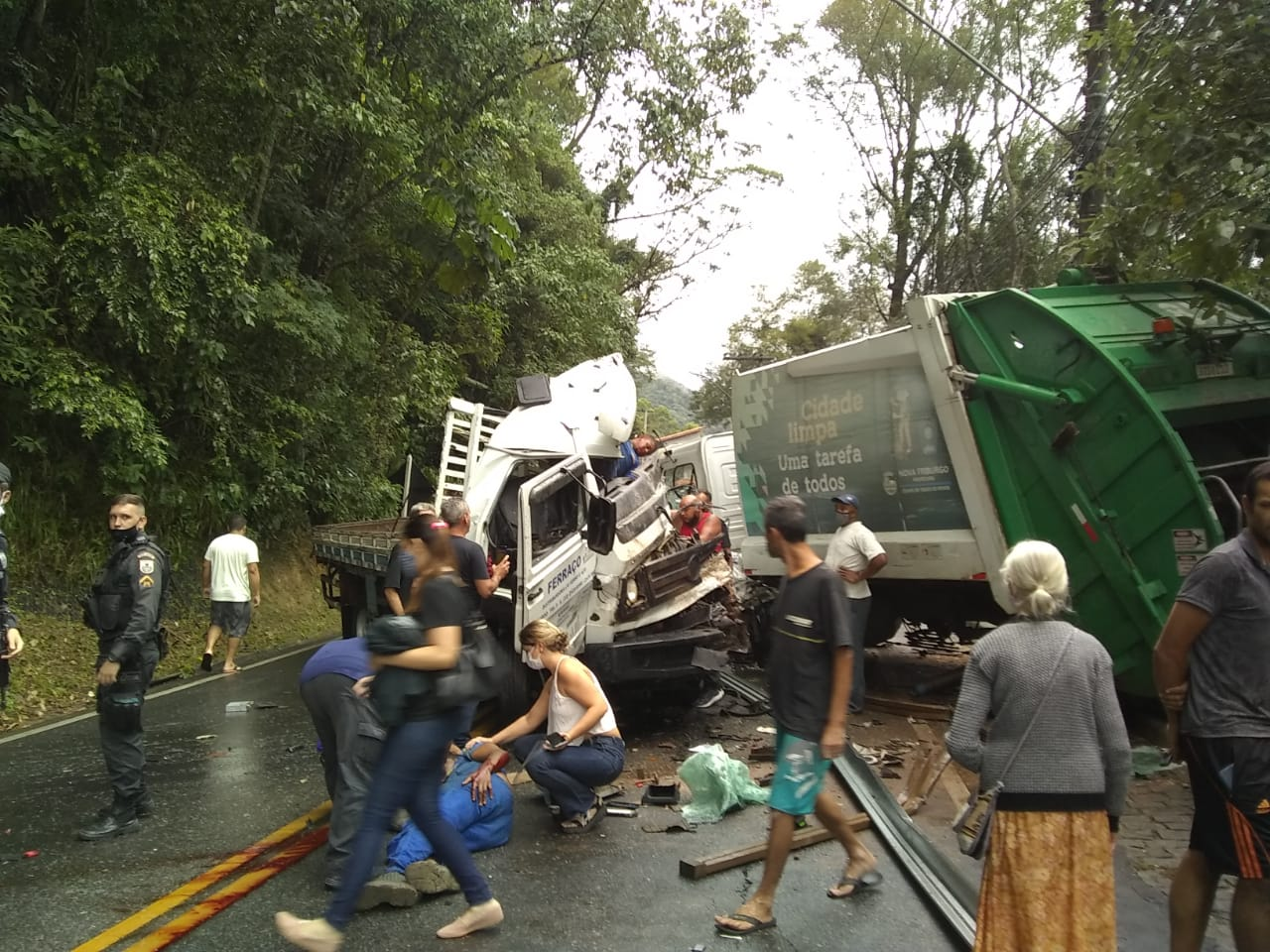 O cenário do choque: apesar de violento, só feridos sem gravidade (Foto da web)