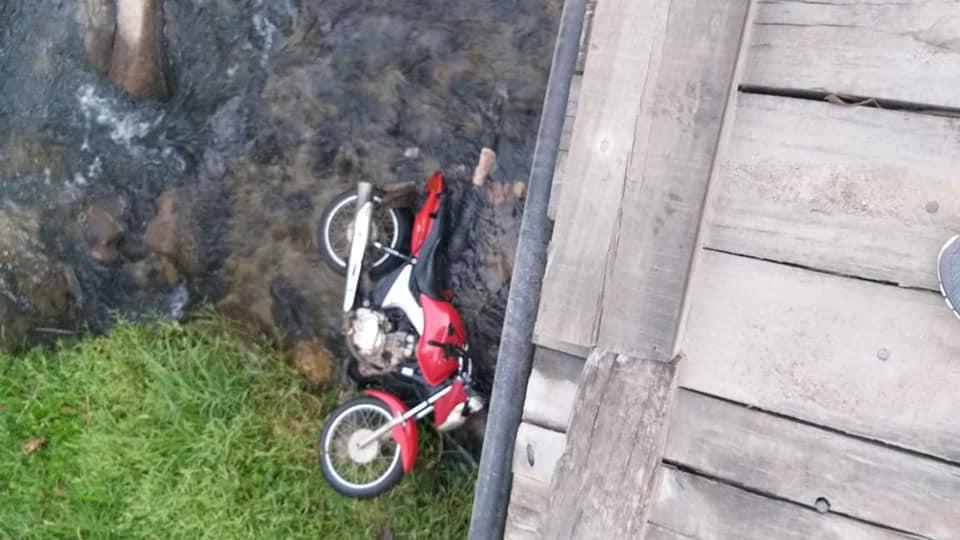 A moto caída (Foto de leitor)
