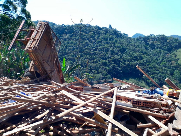 A casa em destroços após o acidente com o caminhão (Arquivo AVS)