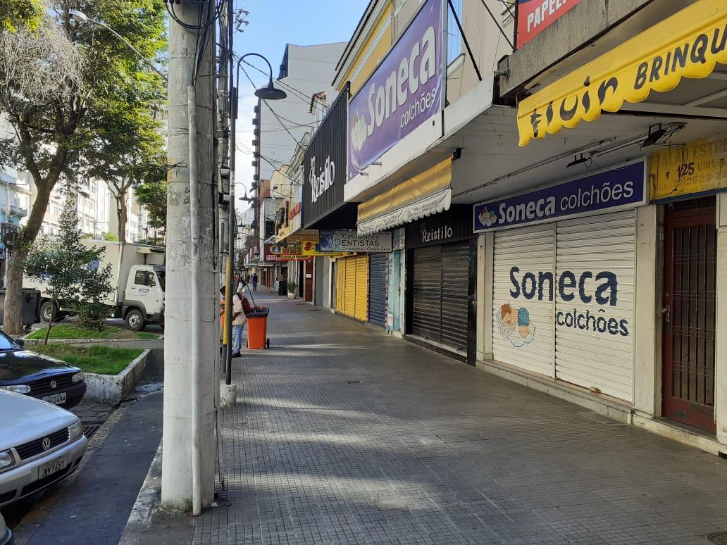 Lojas fechadas na Alberto Braune na manhã desta segunda (Foto: Adriana Oliveira)