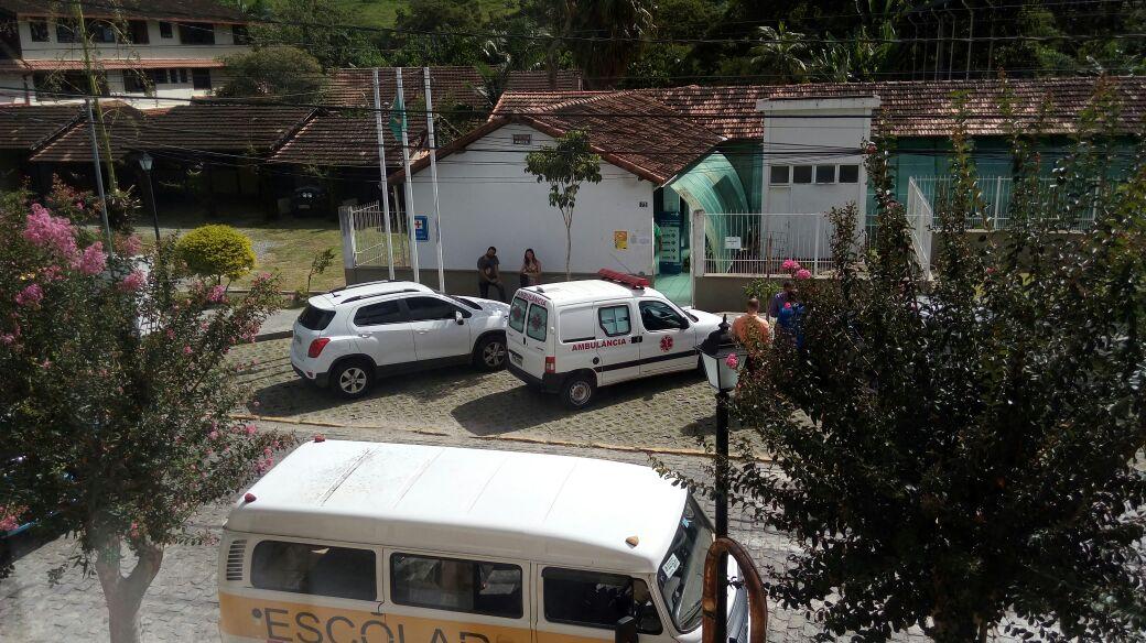 Ambulância estacionada no posto de São Pedro seria a mesma que fez o transporte de morador de Lumiar (Arquivo AVS)