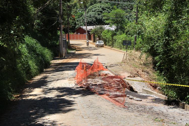 A cratera na beira da via (Arquivo AVS/ Henrique Pinheiro)