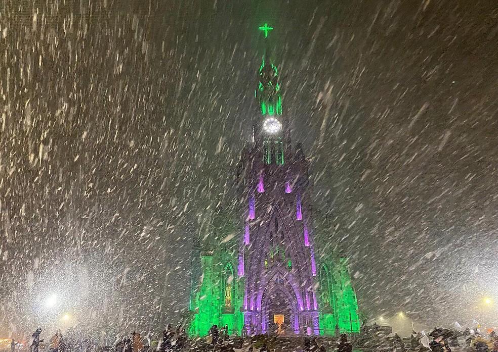 Neve em Canela (RS) na noite desta quarta (Foto: André Fernandes/ reprodução da web)