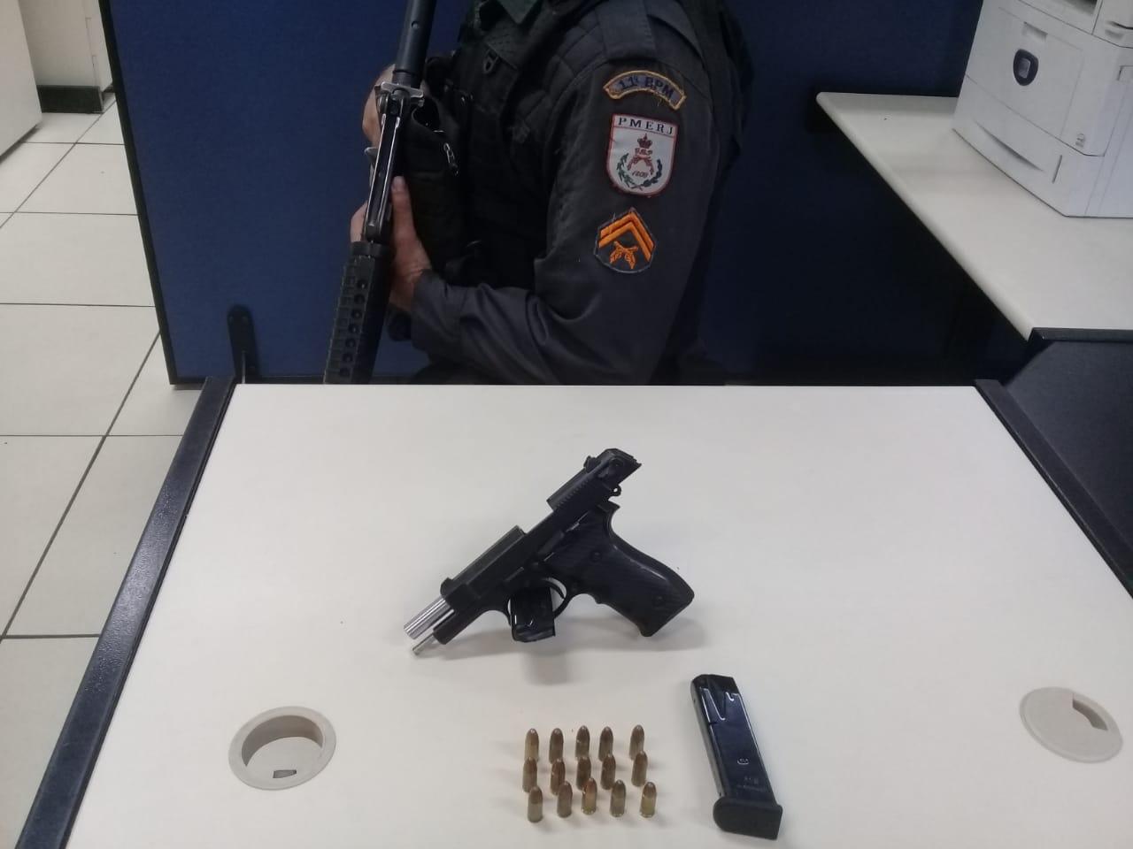 A arma  encontrada na mata (Foto: 11 BPM)
