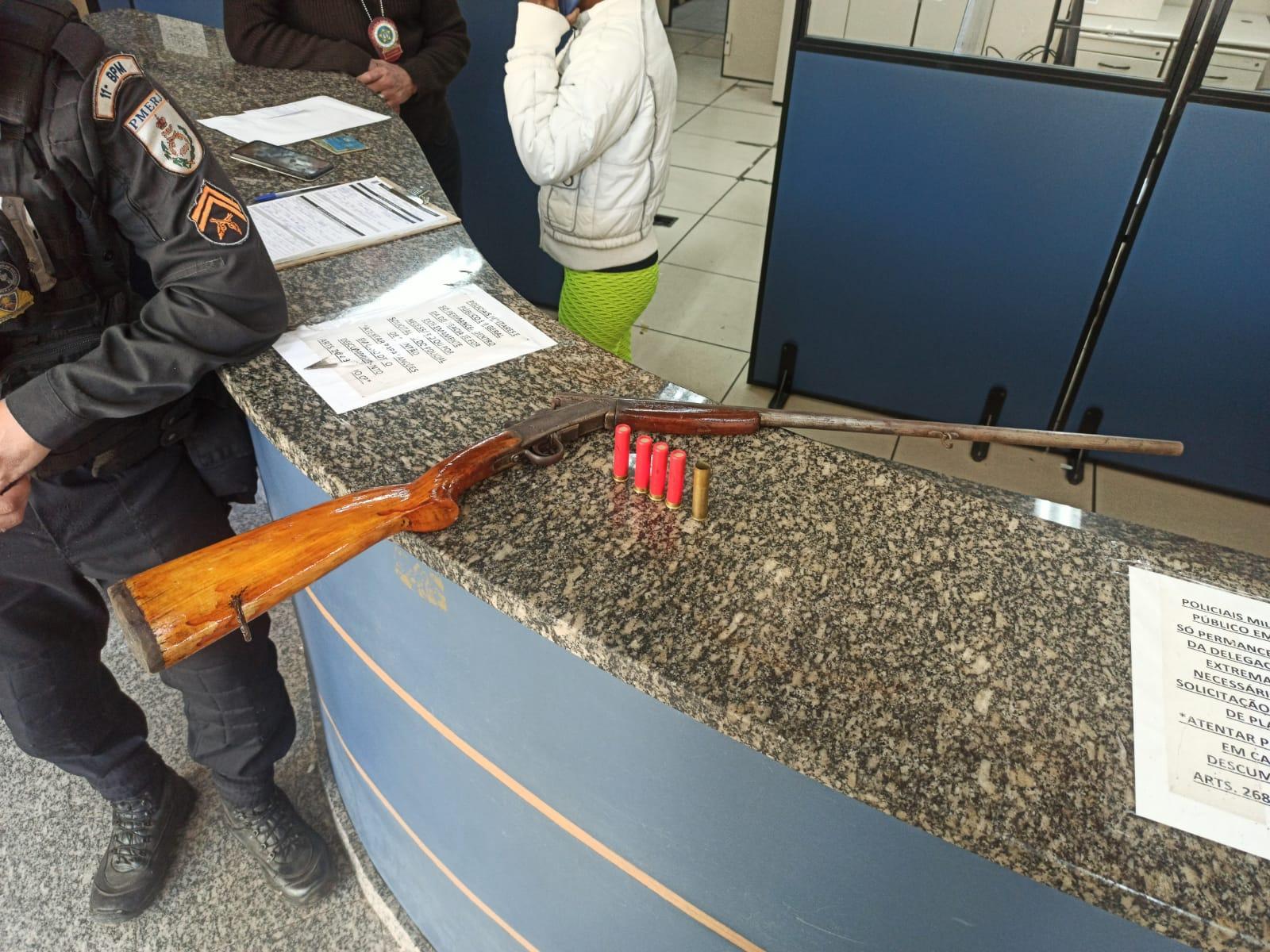 A arma apreendida (Foto: 11 BPM)