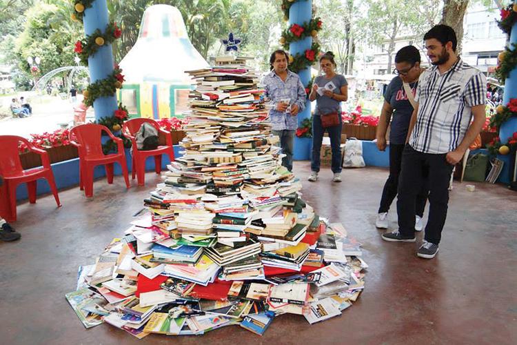 A árvore de livros na Estação Livre (Arquivo AVS)