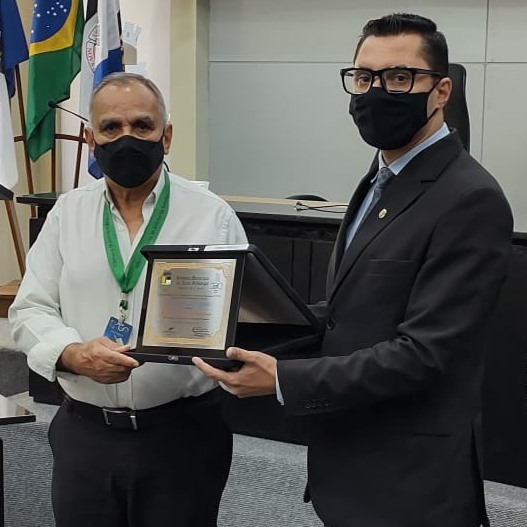 Ari Roberto Gaspar Rapozo recebe a homenagem das mãos do vereador e prefeito eleito Johnny Maycon (Reprodução da web)