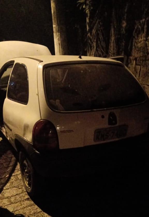 O Corsa roubado usado no crime (Foto: 11 BPM)