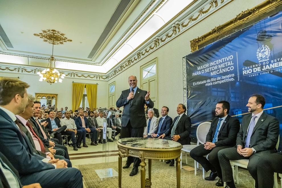 A cerimônia de assinatura do decreto do governador reuniu empresários do setor e prefeitos do interior fluminense (Divulgação)